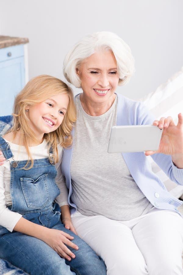 做selfie照片的祖母和孙女 免版税库存图片