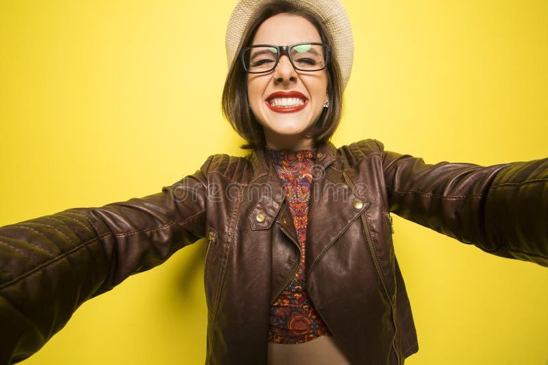 做selfie的一个美丽的成功的微笑的女孩的画象  图库摄影