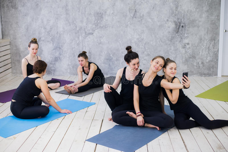 做selfie的三个少妇在锻炼以后在瑜伽类 库存图片
