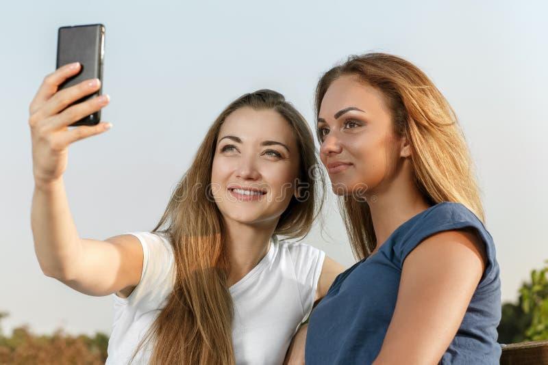 做selfie的两个美丽的女孩 免版税库存照片