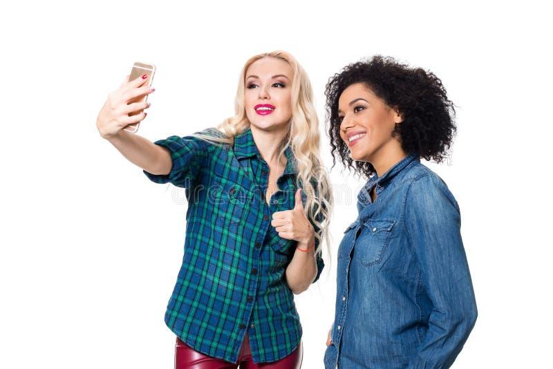 做selfie的两个美丽的女孩 免版税库存图片