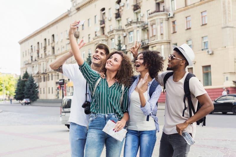 做selfie的多种族朋友游人在城市 免版税库存图片