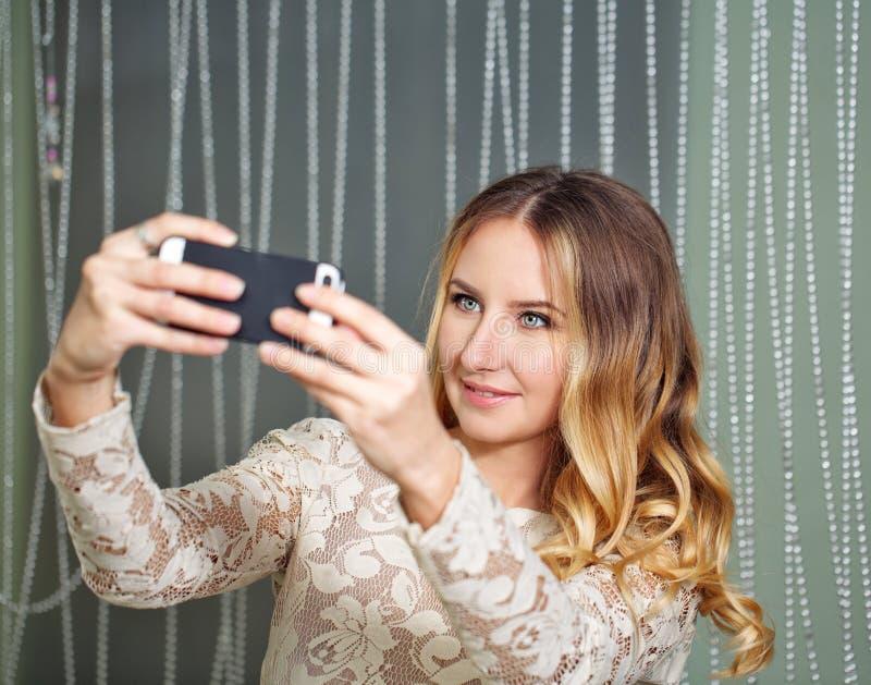 做selfie的女孩 库存图片