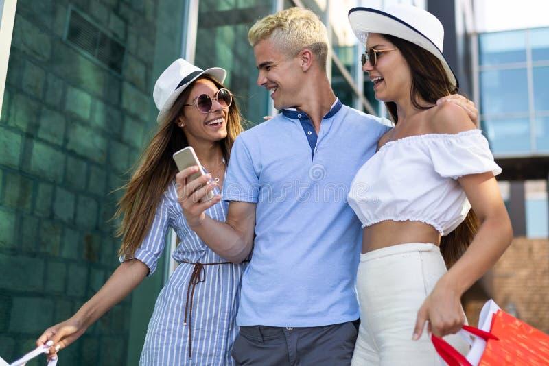 做selfie的小组年轻朋友人民在购物以后 免版税库存图片