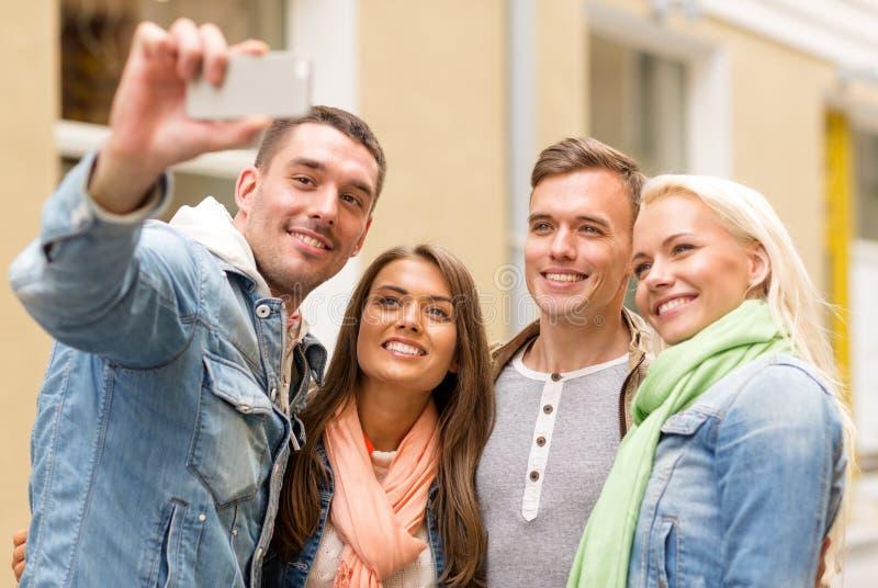 做selfie的小组微笑的朋友户外 库存图片