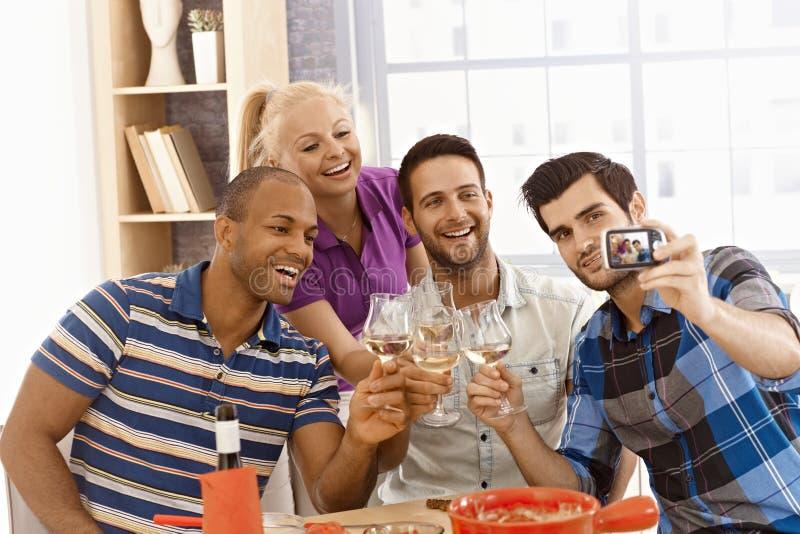 做selfie的小组朋友 免版税库存图片