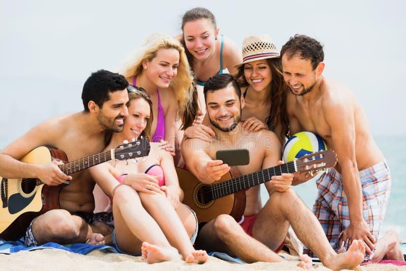 做selfie的微笑的成人在海岸 免版税库存照片