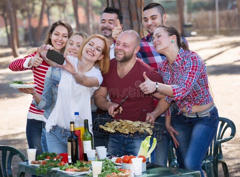 做selfie的成人在野餐 图库摄影