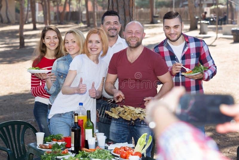 做selfie的成人在野餐 库存照片