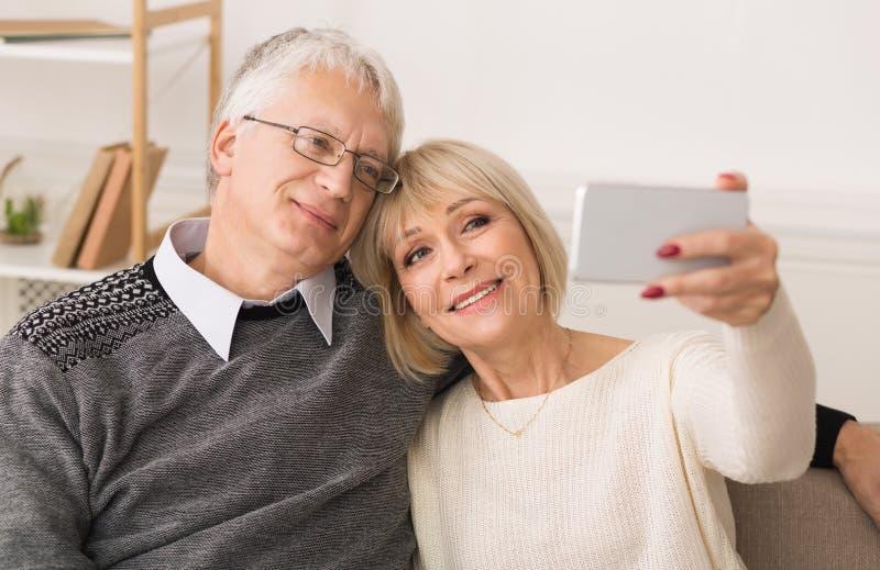 做Selfie的爱恋的资深夫妇,一起享受时间 库存图片