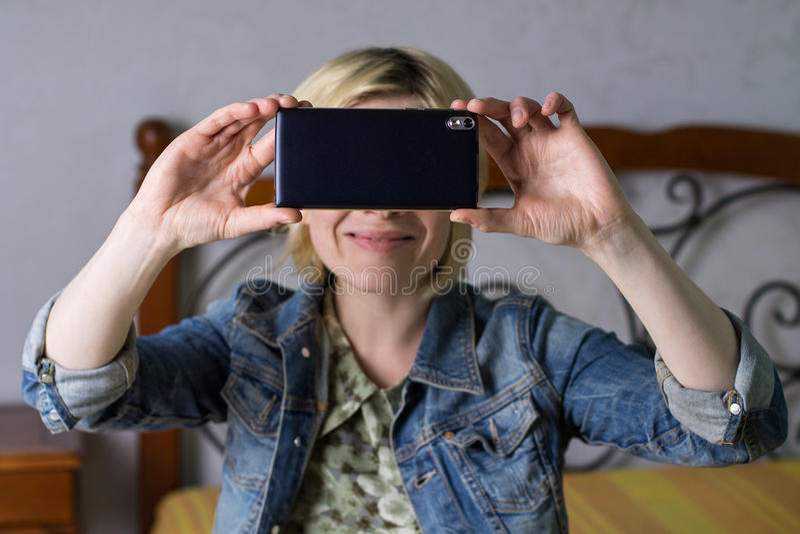 Download 做selfie的白肤金发的妇女 库存图片. 图片 包括有 移动电话, 设备, 微笑, 休闲, 技术, 户内 - 72368705