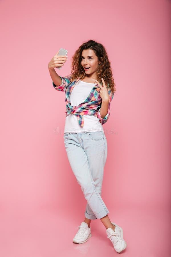 做selfie的相当少妇全长射击在被隔绝的电话 库存图片