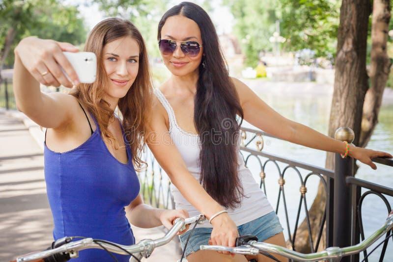 做selfie的美丽的性感的妇女在手机 库存图片
