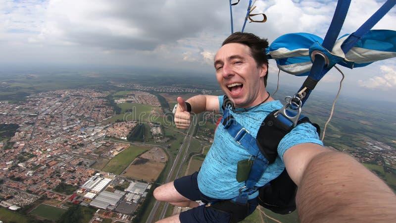 做selfie的跳伞运动员在自由秋天以后 免版税库存照片