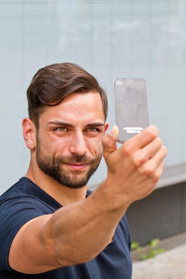 做selfie的年轻人 图库摄影