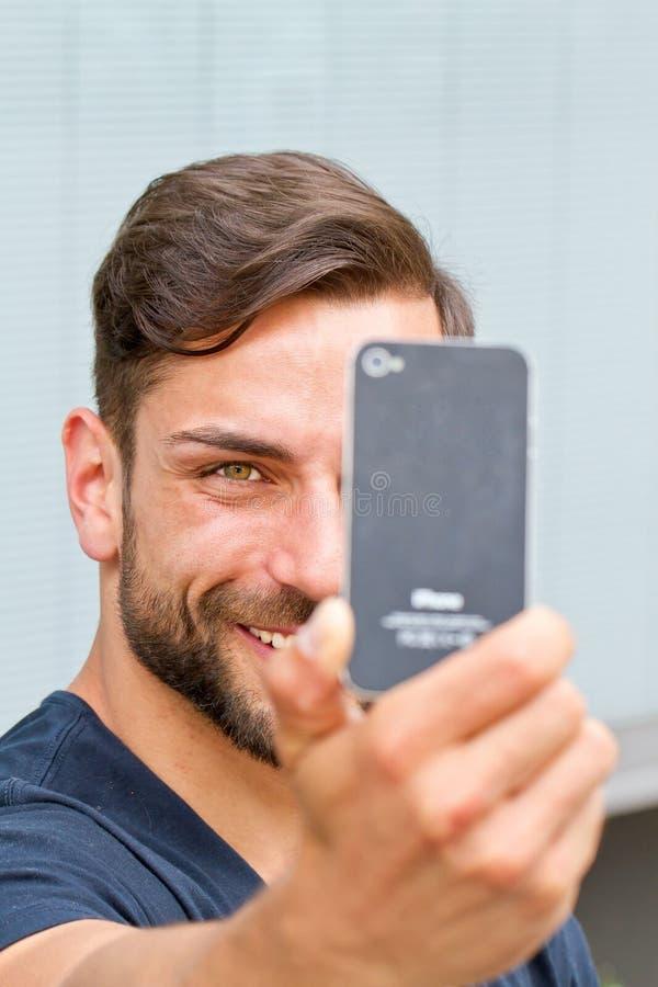做selfie的年轻人 库存照片