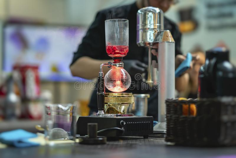 做spetial健康发球区域在特别烧瓶的酒吧专业barista可口茶由莓莓果 库存照片