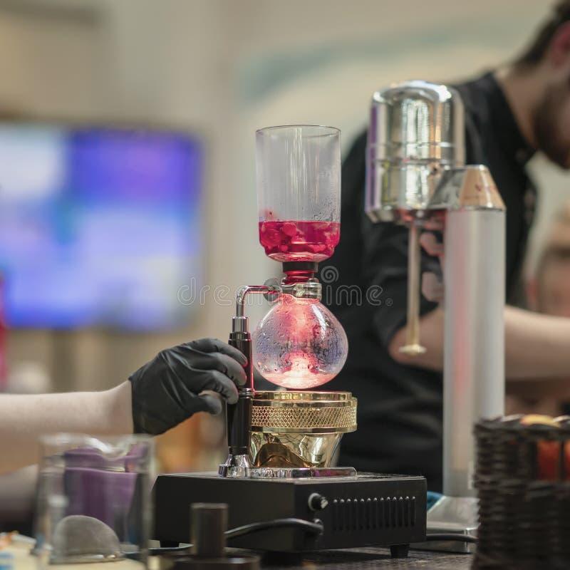 做spetial健康发球区域在特别烧瓶的Barista手可口茶由莓莓果 免版税库存图片