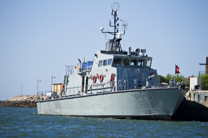 停住的军用大型驱逐舰船 免版税库存照片