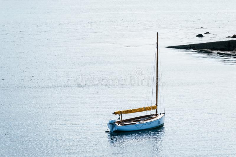 停在巴茨岛湾的帆船 库存照片