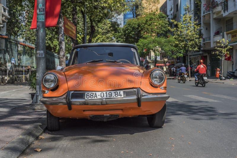 停在街上的橙色雪铁龙DS 免版税图库摄影
