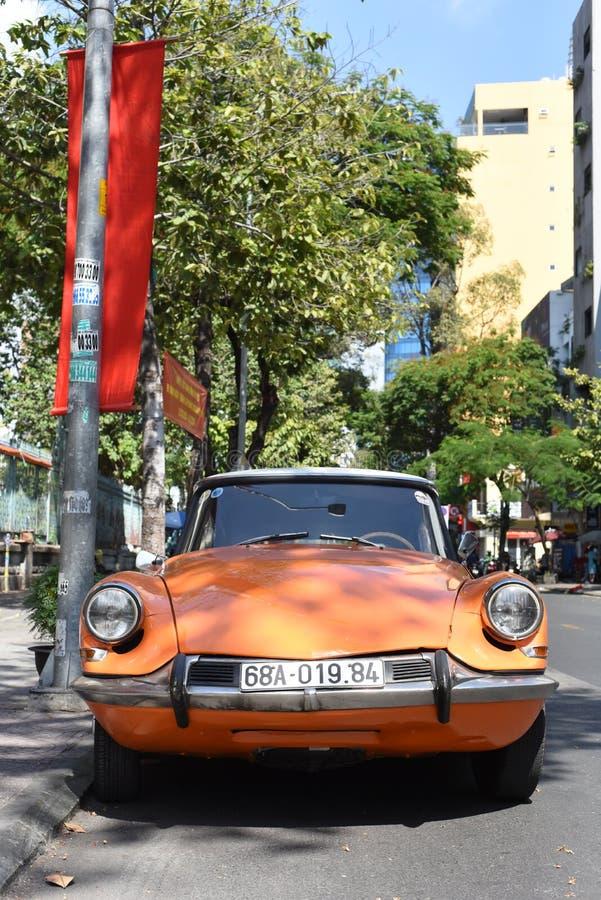 停在街上的橙色雪铁龙DS 库存图片