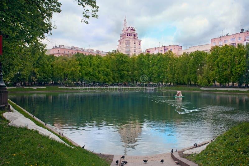 停放与在住宅房子中的Patriarshiye池塘在夏天 库存图片