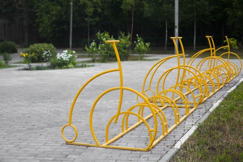 停放在一个校园的黄色自行车 免版税库存照片