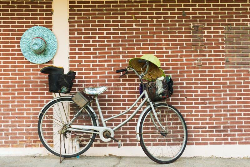 停放在公园的老自行车 免版税库存照片