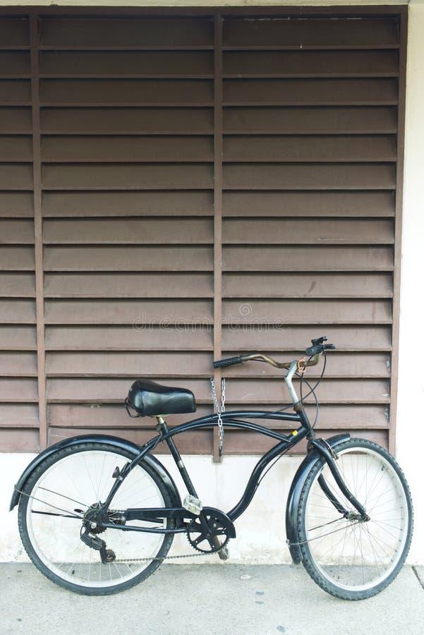 停放在公园的黑自行车 免版税库存图片