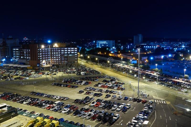 停放在夜城市 在视图之上 免版税库存图片