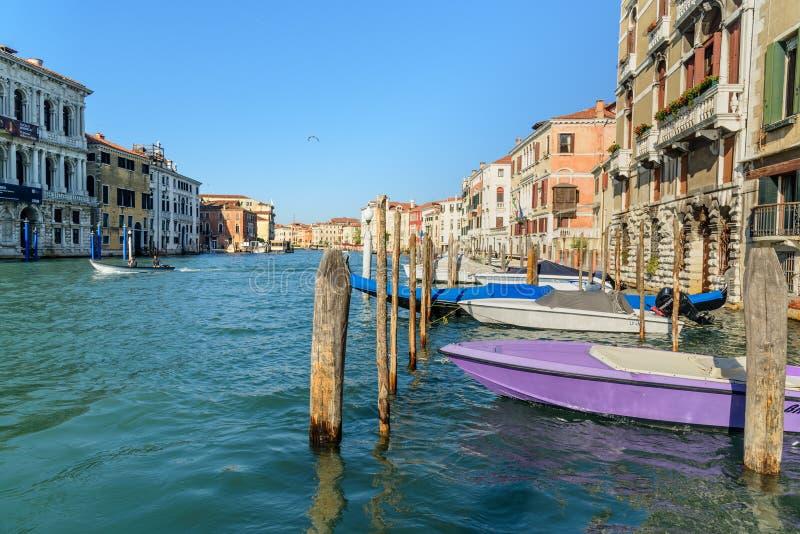 停放在威尼斯大运河的小船和长平底船  E 免版税库存照片