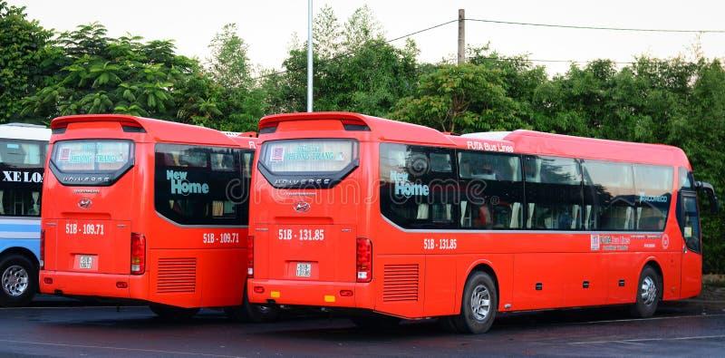 停放在驻地的许多公共汽车在大叻,越南 库存图片