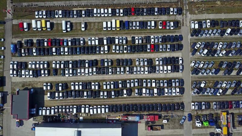 停放新的汽车和的卡车,顶视图空中射击  免版税库存图片