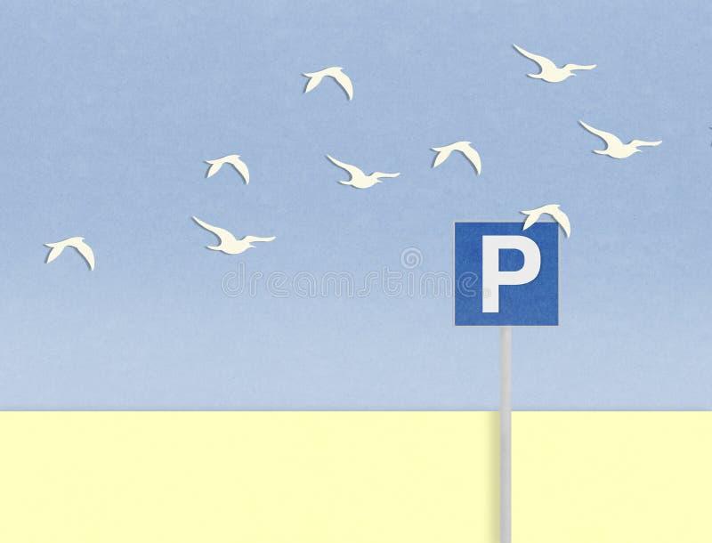 停放的信号和鸟在海滩后 免版税库存图片