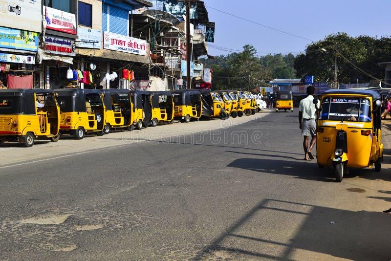停放的黄色三轮车乘出租车摩托车叫沿路的tuk tuk 免版税库存照片