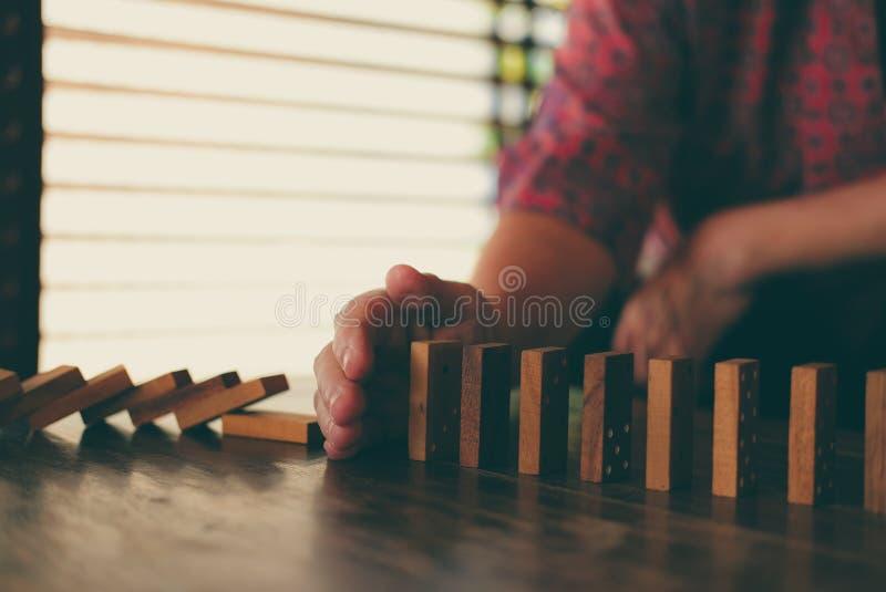 停止作用的多米诺连续的手倒塌 妇女保护 图库摄影