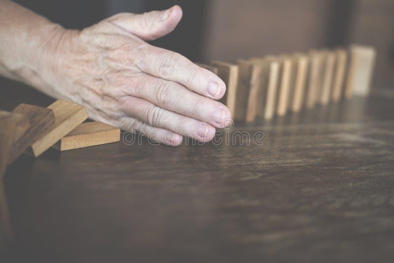 停止作用的多米诺连续的手倒塌 妇女保护 免版税库存照片