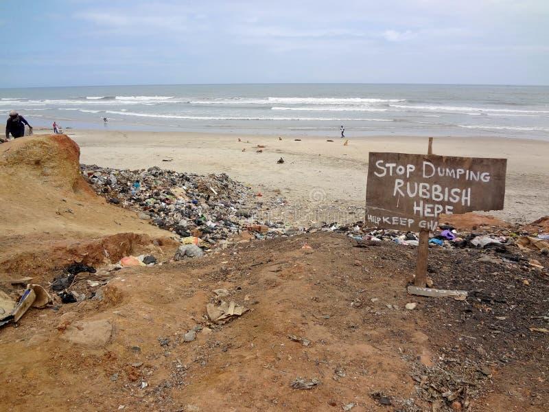 停止倾销符号在加纳海滩 库存照片