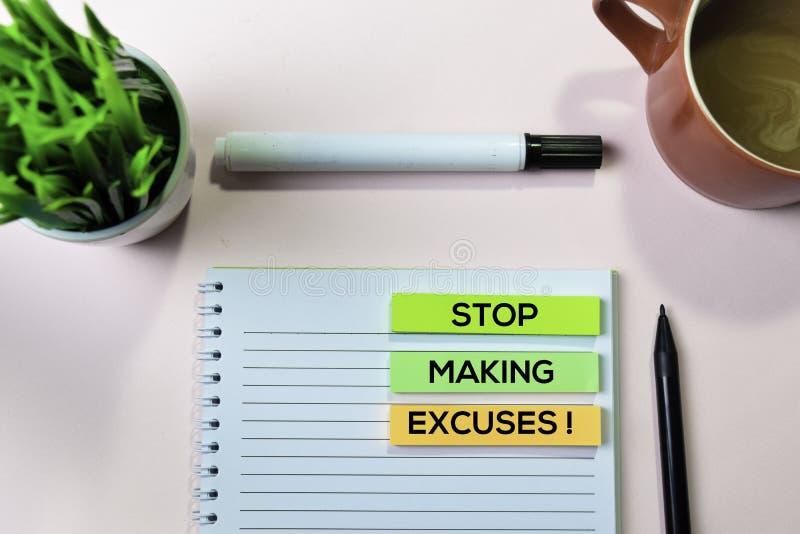 停止做借口!在稠粘的笔记的文本与办公桌概念 库存图片