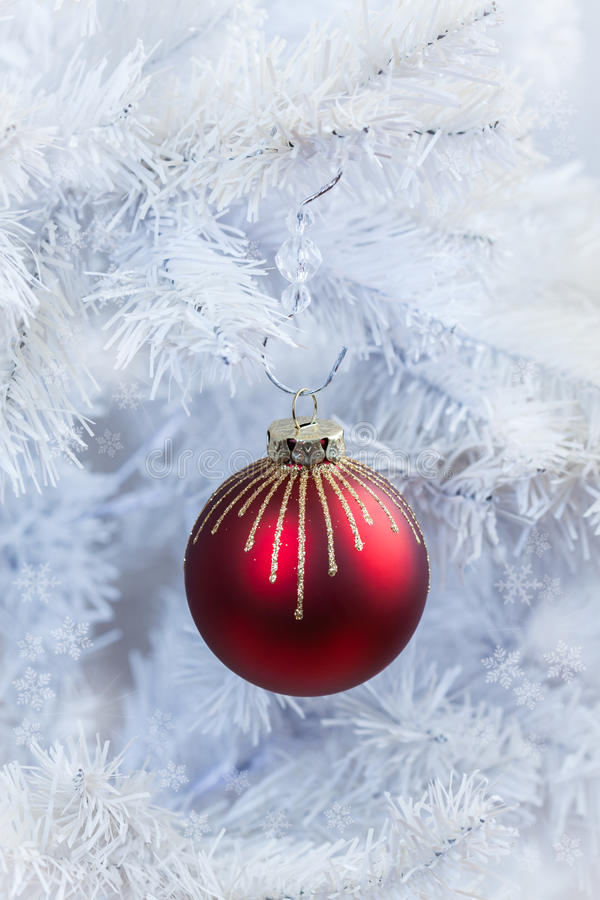 停止在空白结构树的圣诞节球 库存照片