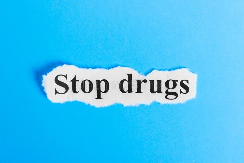 停止在纸的药物文本 措辞在一张纸的中止药物 com概念小雕象图象其它正确的常设文本 图库摄影