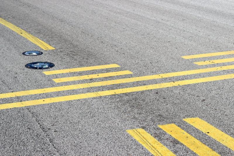 停止在滑行道的线 免版税库存图片