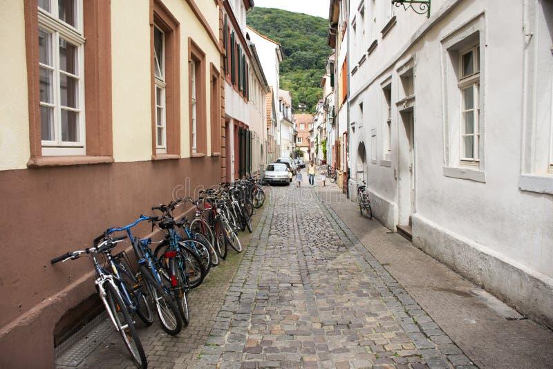 停止德国的人民和锁自行车在前边经典和减速火箭的房子在海得尔堡,德国 免版税库存照片