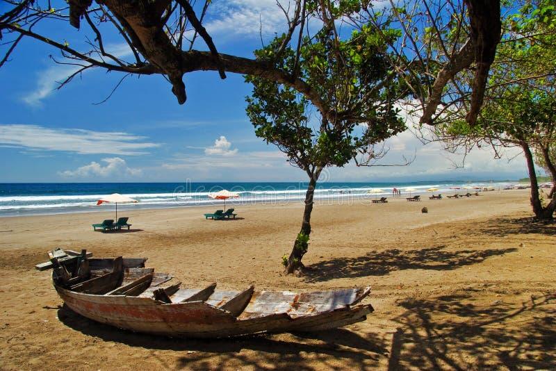 停止海滩的小船 免版税库存图片