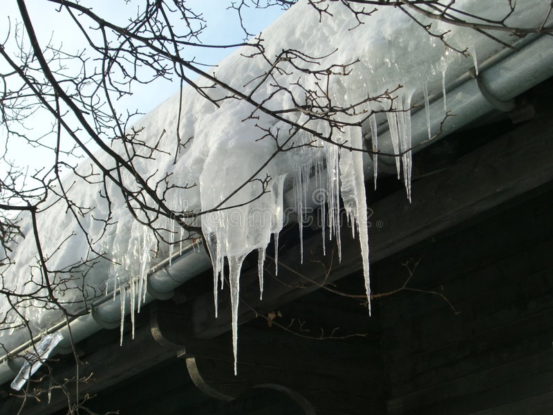 停止的冰柱屋顶 库存照片