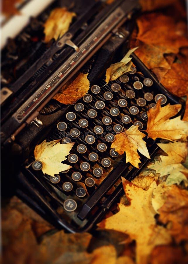 停止的叶子和打字机 库存照片