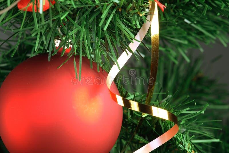 Download 停止红色结构树的球圣诞节 库存照片. 图片 包括有 圣诞节, 红色, 装饰, 常青树, 对象, 冬天, 绿色 - 3673960