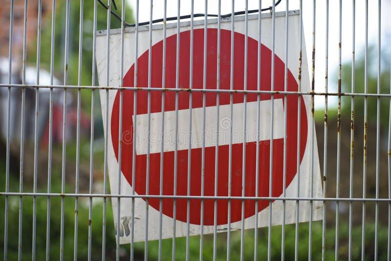 停止警报信号在铁丝网墙壁 免版税库存照片