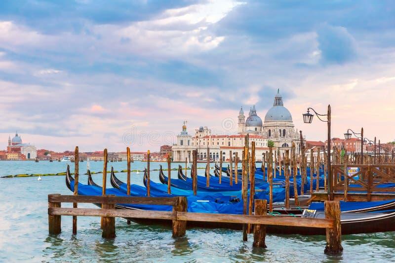 停泊为长平底船在威尼斯,意大利 免版税库存图片
